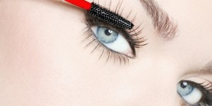 How to Apply Mascara Professionally at Home